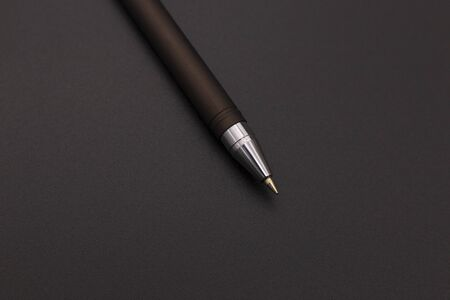 stylish black fountain pen on a dark background, top view Banque d'images