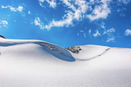 Mountain landscape view in Kyrgyzstan. Rocks, snow and stones in mountain valley view. Mountain panorama. Kyrgyz Alatoo mountains, Tian-Shan, Ala-archa, Kyrgyzstan. Archivio Fotografico
