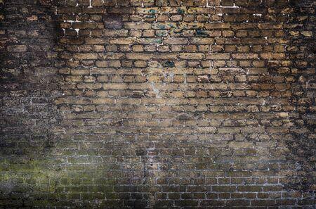 Vecchio fondo del muro di pietra. Sfondo con il vecchio muro di mattoni sporco d'epoca, Texture. Facciata squallida dell'edificio