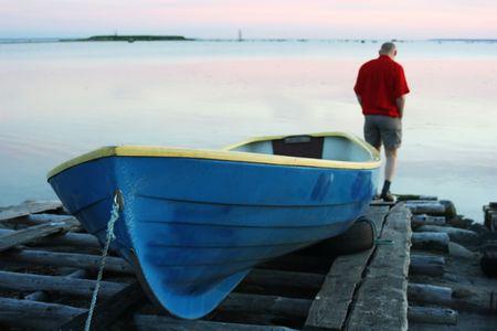 hombre solitario: Lonely hombre y barco a la costa