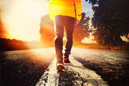 한 남자가 그의 삶의 경주에 직면 해 있습니다. 그것은 우리 삶의 경주에 우리를 시작하는 첫 걸음입니다.