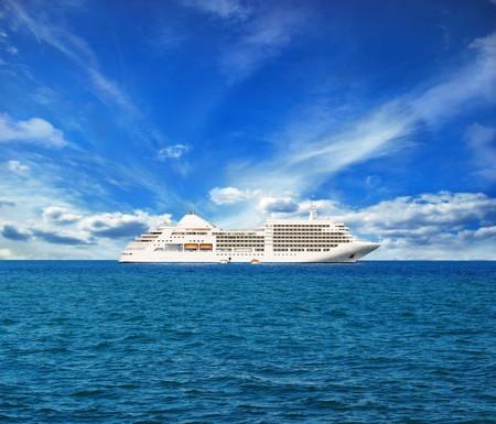 paisaje mediterraneo: barco blanco en el horizonte, magníficas vistas  Foto de archivo