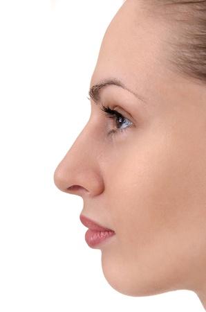 젊은 여성의 얼굴의 프로필을 닫습니다