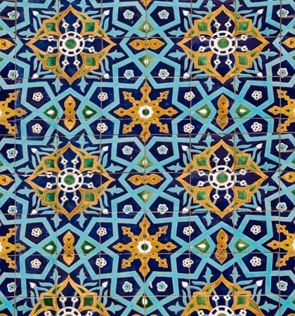 tegelwerk: oosters patroon op de muur van de moskee, bekleed met tegels