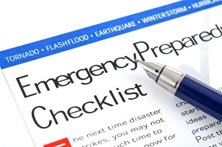 """katastrophe: F�llfederhalter liegend auf """"Emergency Preparedness Checkliste"""" Form"""