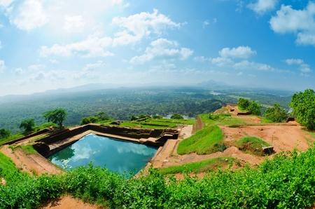 Sigiriya (사자 바위) 중앙 스리랑카에서 큰 돌과 고대 궁전 망치
