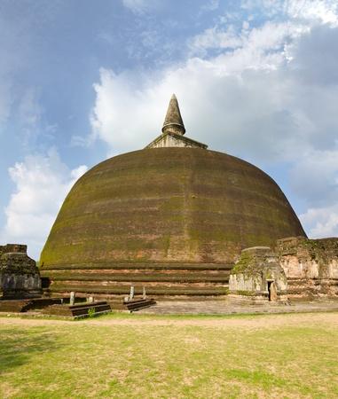 dagoba: The Rankot Vihara or the Golden Pinnacle Dagoba in Polonnaruwa, 12th century
