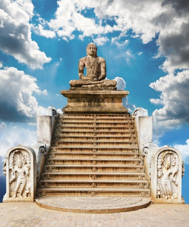 steps to the statue of Buddha with the guardians of the gates and moonstone