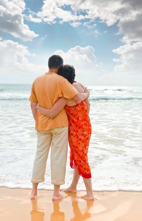 Couple d'adultes sur bord de l'océan au coucher du soleil Banque d'images - 12565664