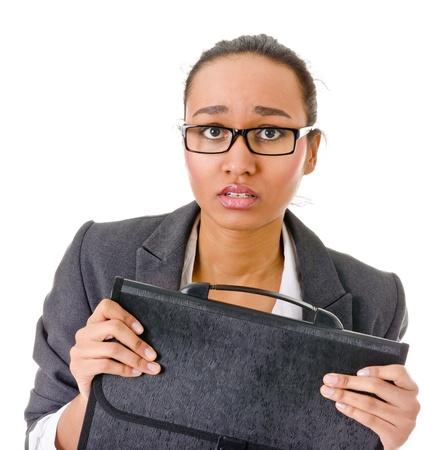 nerveux: jeune femme � la peau fonc�e dans un costume d'affaires peur