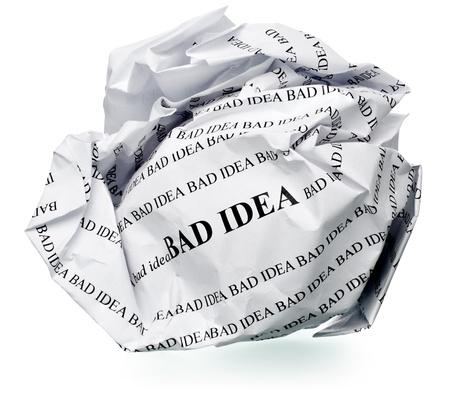 """흰색 배경에 텍스트 """"나쁜 아이디어""""와 클리핑 패스와 함께 종이 공"""