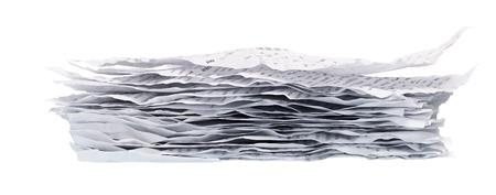 구겨진 된 종이의 더미 흰색 배경에 근접