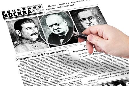 hand met vergrootglas vast op de krant Evening Moskou, uitgebracht 10 mei 1945 Redactioneel