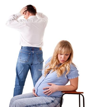 pareja discutiendo: El conflicto familiar. El hombre y la mujer embarazada están discutiendo. Foto de archivo