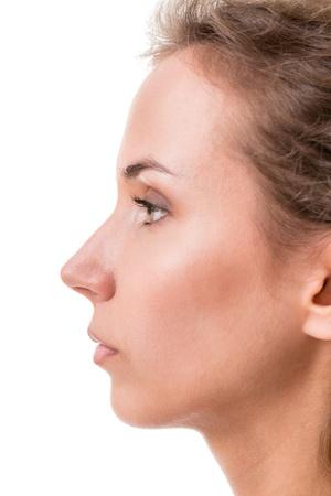 visage femme profil: le profil d'une jeune femme gros plan sur fond blanc