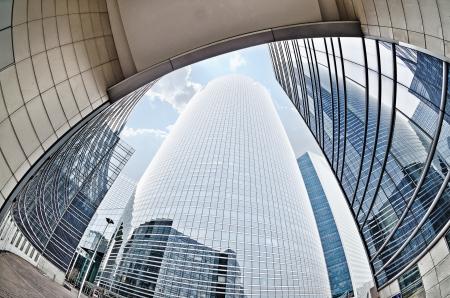 대형 고층 빌딩은 프랑스 파리 근처의 어안 lensLa 데팡스 주요 비즈니스 지구로 촬영 스톡 콘텐츠