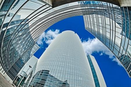Grands gratte-ciel prises avec un lensLa grand quartier d'affaires La Défense fisheye près de Paris, France Banque d'images - 20383347