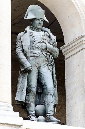 파리, 프랑스 - 4월 10일 나폴레옹 보나파르트의 동상, 레 Invalides 2013년 4월 10일, 파리, 프랑스에 에디토리얼