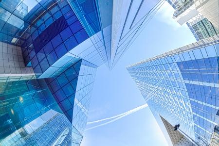 대형 고층 빌딩은 프랑스 파리 근처의 어안 렌즈로 주요 상업 지구 촬영