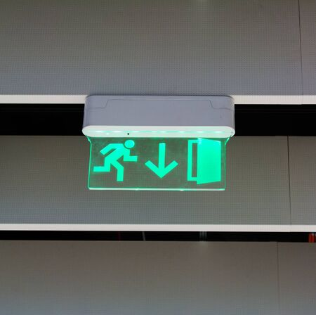 Green glowing emergency exit sign Banque d'images