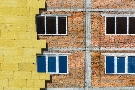 Höhenarbeiten an den Außenwänden von Glaswolledämmung und Putz