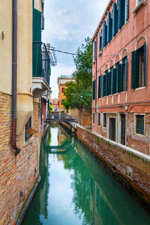Venice, Italy - OCT 01, 2018: The picturesque narrow canal and the ancient architecture of Venice Éditoriale