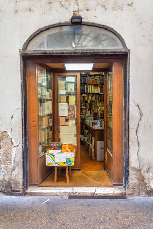 Rome, Italy - Oct 03, 2018: showcase bouquiniste shop in Rome Éditoriale