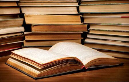 estanterias: Una pila de libros antiguos en la tabla.