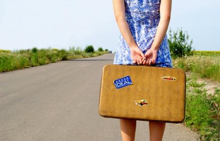maletas de viaje: ni�a en un vestido azul en el camino
