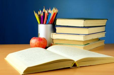 les matières scolaires sur la table, livres, crayons