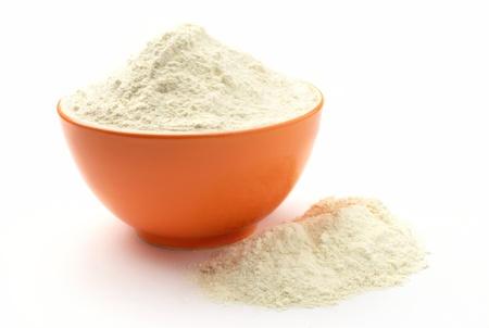 harina: harina en un bol sobre un fondo blanco aislado Foto de archivo