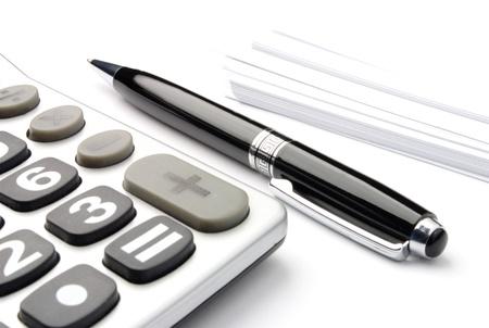 電卓: 電卓、テーブルの上の空白の紙とペン 写真素材