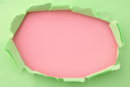 penetracion: colores rasgados de papel verde y rosa para el fondo