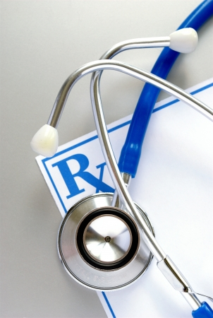 equipos medicos: estetoscopio y un formulario de receta, y el espacio para su mensaje