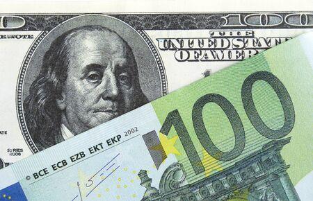 dolar: billetes de banco en dólares y euros se muestran en primer plano