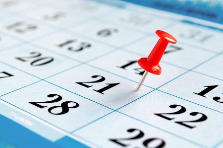 kalender en markeerde de datum waarop de punaise Stockfoto