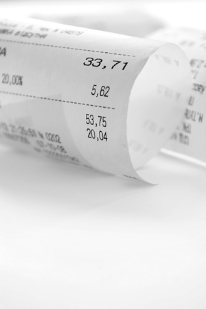 caja registradora: recibo de papel una descripción de las compras en un fondo blanco y copia espacio