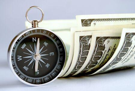 dolar: brújula y el dinero sobre la mesa Foto de archivo