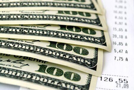 dolar: dólares americanos, y los documentos sobre la mesa