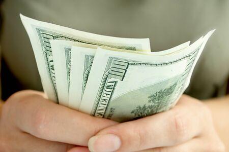 dolar: niña de la celebración de dólares americanos, que se muestra en primer plano Foto de archivo