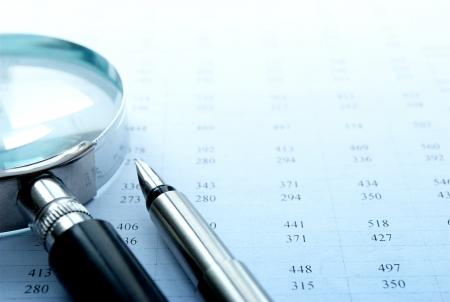 lupa: gr�fico y una lupa sobre la mesa, las herramientas para el estudio de los documentos