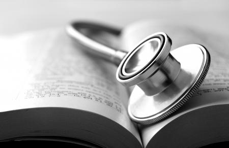 stethoscope: estetoscopio y un libro sobre la mesa