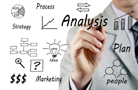 diagrama procesos: hombre en un traje de negocios por escrito en una pantalla transparente durante una presentaci�n Foto de archivo