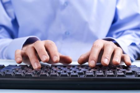 клавиатура: Бизнесмен, набрав на клавиатуре компьютера Фото со стока