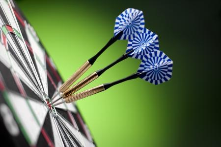 darts pijlen in het doel centrum Stockfoto