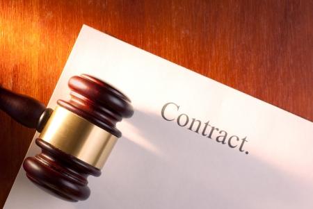 brun marteau sur la table et le contrat Banque d'images