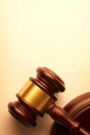 Hammer auf einem braunen Hintergrund mit Farbverlauf Lizenzfreie Bilder