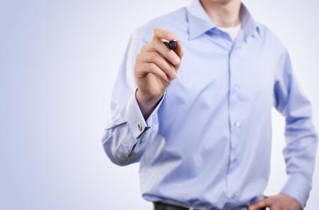 ethic: uomo scrive un pennarello sulla lavagna