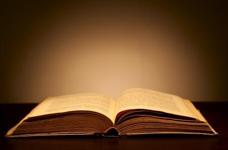 Vieux livre ouvert et un faisceau de lumière incidente