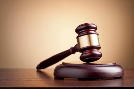 martillo juez: martillo marr�n sobre la mesa en un fondo marr�n